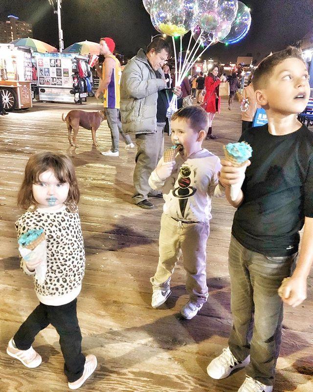 Kids eating ice cream at night at Santa Monica Pier in California. | 1 Week in Los Angeles, California