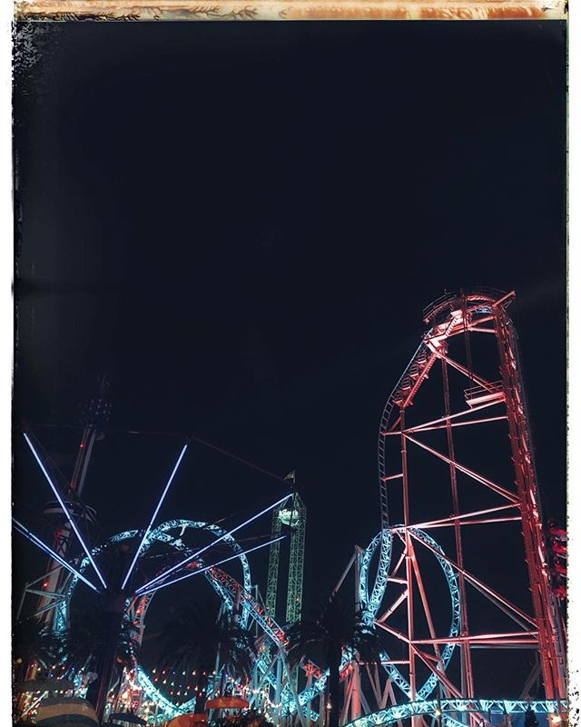 Rides at nightime at Knott's Berry Farm Theme Park in Buena Park in California. | 1 Week in Los Angeles, California