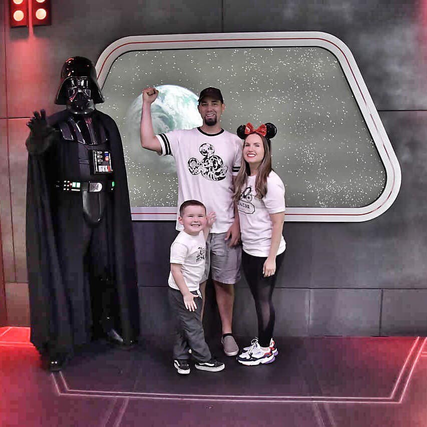 Woman with her family posing with Star Wars character.| What to Wear to Disneyland