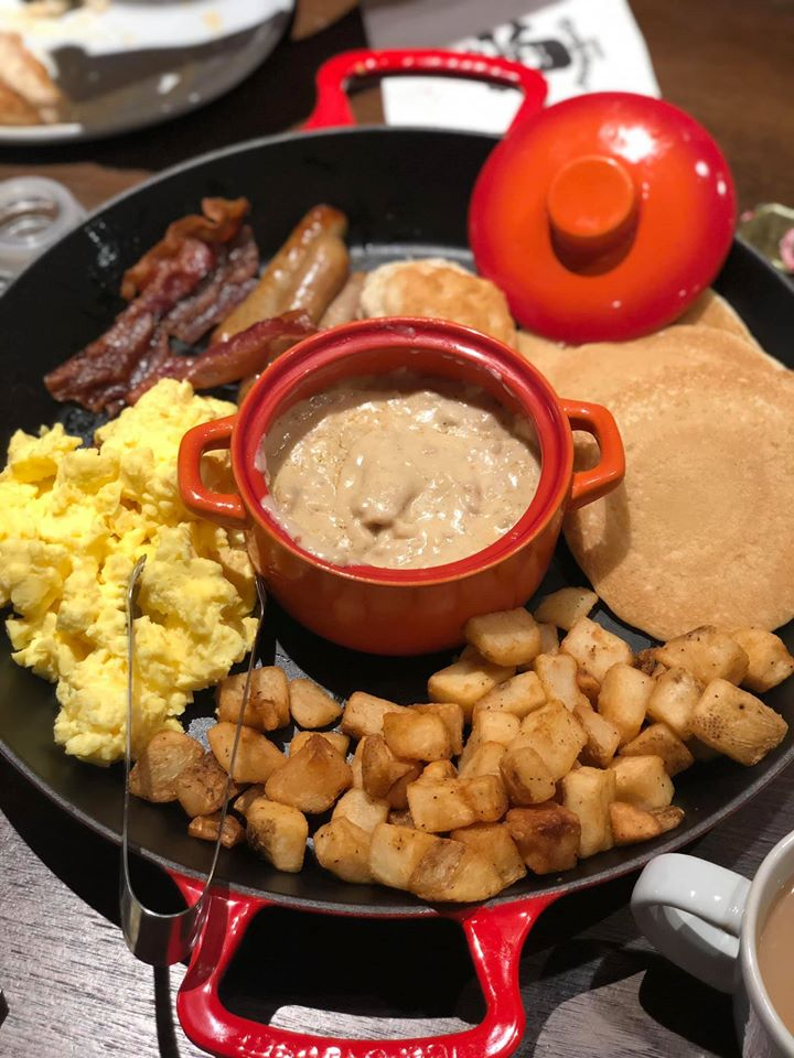 Breakfast platter at Shipwreck restaurant at Pirate Island Hotel.   A Guide to LEGOLAND Hotels in Florida